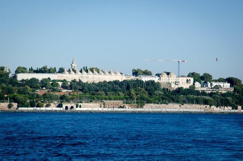 Istanbul, Turchia - 14 agosto 2019: Vista della città di Istanbul dal mare del Bosforo Simbolo di istanbul Eminonu - immagini stock libere da diritti