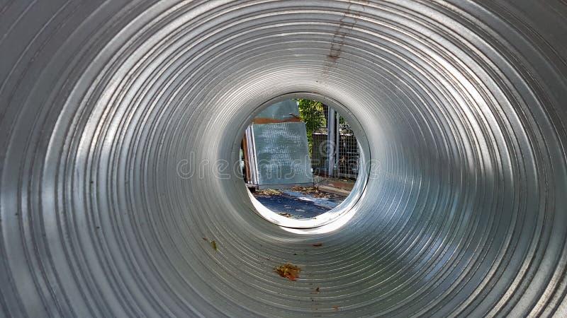 Projeção de prata de duto de alumínio no interior Equipamento industrial pode ser visto através do tubo metálico perfurado Fabric fotos de stock royalty free