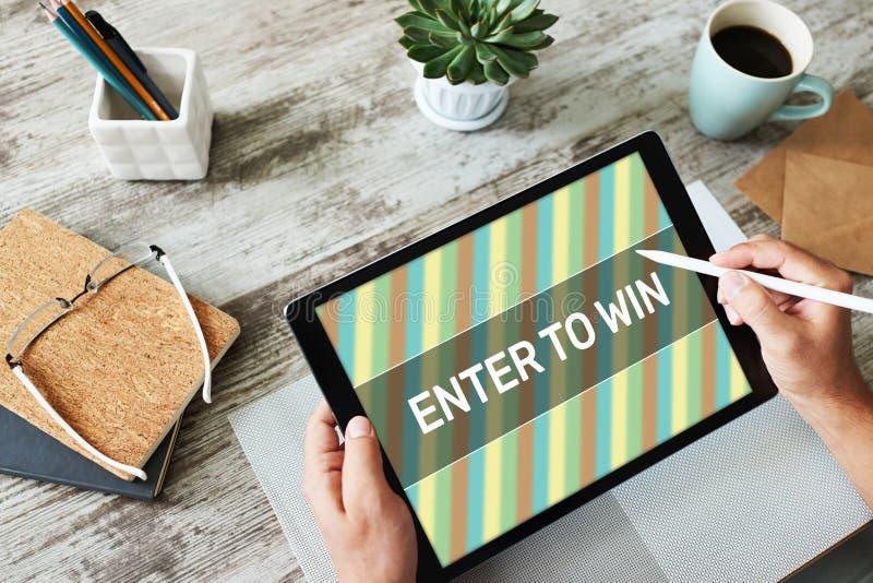 Введите, чтобы выиграть текст на экране Отдача Лотерея и призы Концепция маркетинга и рекламы в социальных сетях стоковое изображение