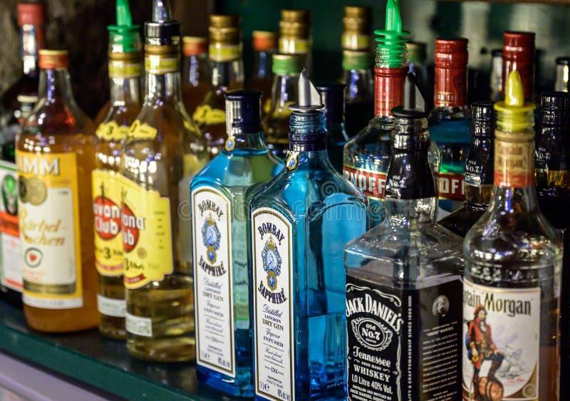 Allemagne Ochtendung 25 05 2019 - Bitters and liquor bar comptoir avec différentes bouteilles style vintage lumière ambiante photographie stock libre de droits