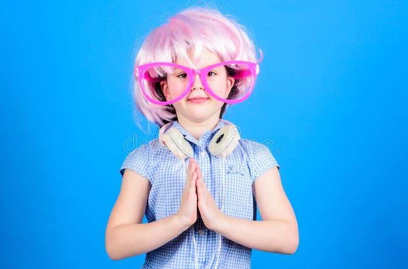 Uspokój się i imprezuj Małe dziecko ze słuchawkami DJ Dziewczynka używająca bezprzewodowego zestawu słuchawkowego dla disco DJ Ad fotografia stock