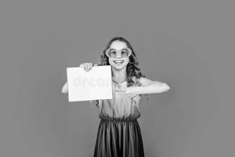 Les enfants aiment lire le livre Livre de vacances populaire Grands livres pour les vacances d'été Une fille en lunettes de solei photos libres de droits