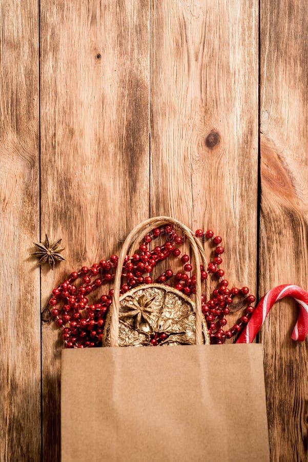 新年圣诞礼物 舱内甲板被放置的顶视图Xmas假日 庆祝手工制造礼物工艺组装 金黄球、坚果和红色 免版税库存照片