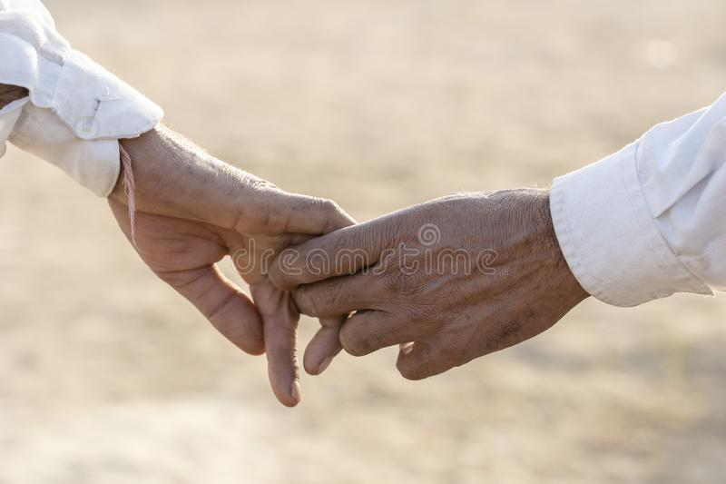 Des mains en couple dans la rue pendant le Pushkar Camel Mela Pushkar, Rajasthan, Inde, gros plan En Inde, il est normal d'aller  photos stock