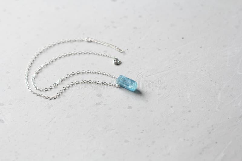 Kristalblauw aquamarine beryl op een zilverketen Verwerende aquamarine, hanger, versiering op de nek Natuurlijke blauwe aquamarin royalty-vrije stock foto
