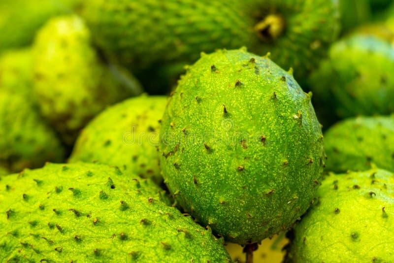Graviola sur le marché Fruit blanc très doux de pulpe Fruit tropical exotique du Brésil photographie stock