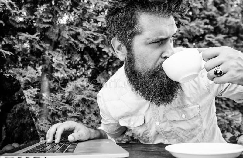 Caffeine booster voor productiviteit Blogger freelance editor Workaholic stereotype Sneller koffie drinken Gebost stock foto's