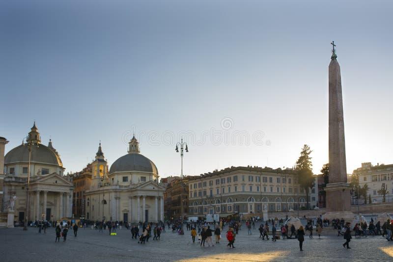 Italien, Rom - 10 december 2018 Personer - fyrkantig - Piazza del Popolo - vy kyrkan Santa Maria dei Miracoli och arkivfoton