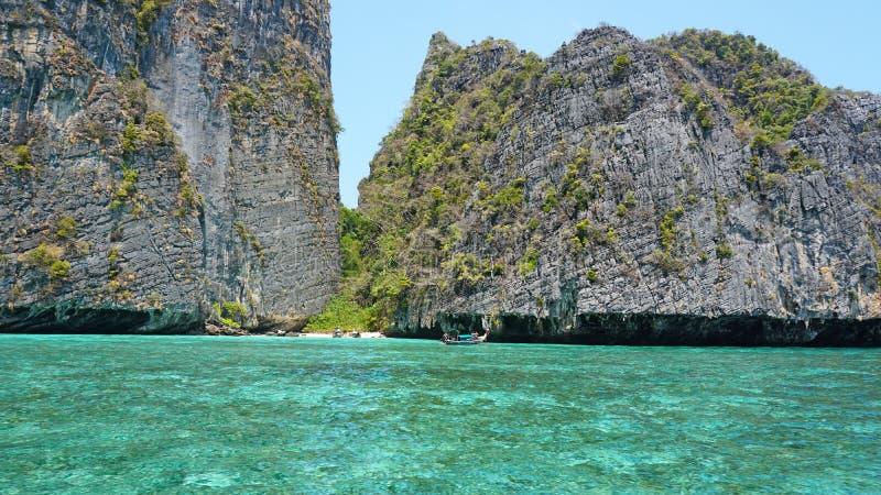 Blauw water, groene heuvels en steile rotsen De boot vaart dicht bij het eiland Bot met toeristen in de baai stock foto