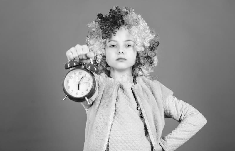 Pünktlichkeit ist ein königlicher Vorzug Nette kleines Kinderfordernde Pünktlichkeit Entzückendes kleines ausschließlich beobacht stockfotografie