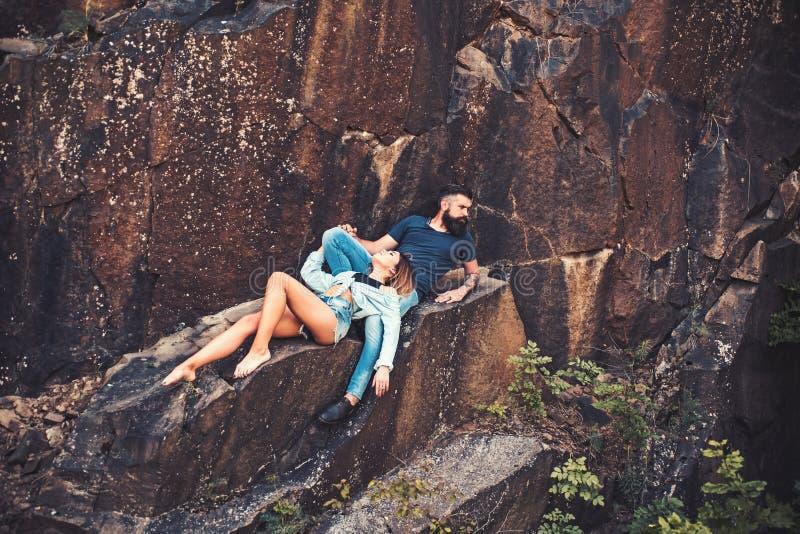 Αφήστε όλες τις ανησυχίες σας πίσω Προκλητική γυναίκα και γενειοφόρος άνδρας στο φυσικό τοπίο Το ζεύγος απολαμβάνει την αγάπη και στοκ φωτογραφία με δικαίωμα ελεύθερης χρήσης