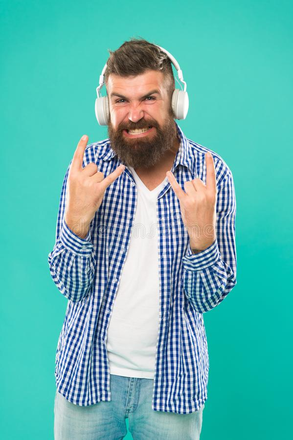 Тяжелый метал и тяжелый рок Течь места музыки r Хипстер с музыкой бороды слушая : стоковое изображение