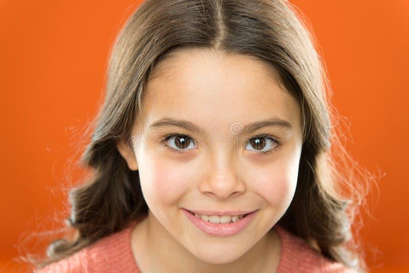 Природные советы по уходу за кожей Миленькая девочка, безупречно здоровая кожа закрывается Красивый оранжевый оранжевый цвет лица стоковые изображения rf
