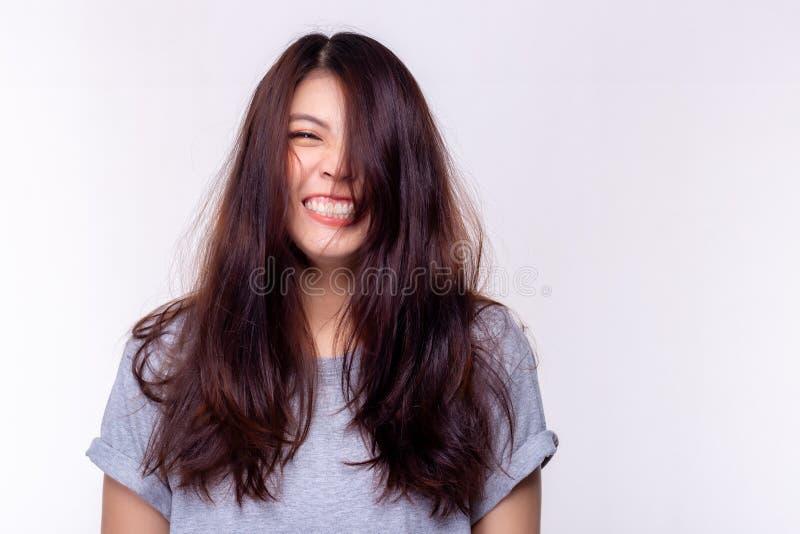 Concetto di espressione La bella giovane donna incantante che ride ed ottiene i capelli sudici La bella ragazza attraente è perso fotografia stock