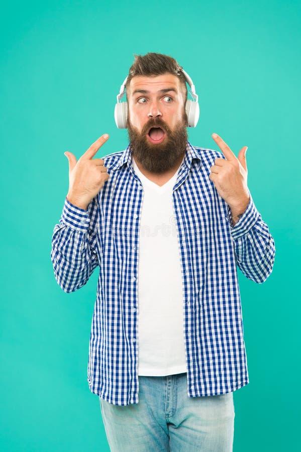 英俊的音乐爱好者 耳机的人 放出我们相信的站点是最熟悉内情和最热的  自由网上 库存图片