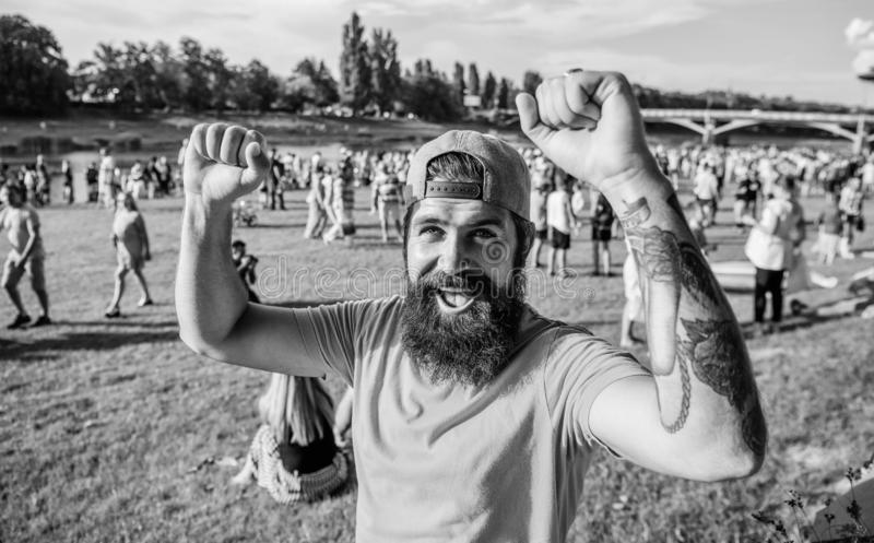 Θερινό φεστιβάλ επίσκεψης Το θερινό φεστιβάλ Hipster στην ΚΑΠ ευτυχή γιορτάζει το φεστιβάλ ή το φεστιβάλ γεγονότος Γενειοφόρο hip στοκ εικόνα με δικαίωμα ελεύθερης χρήσης