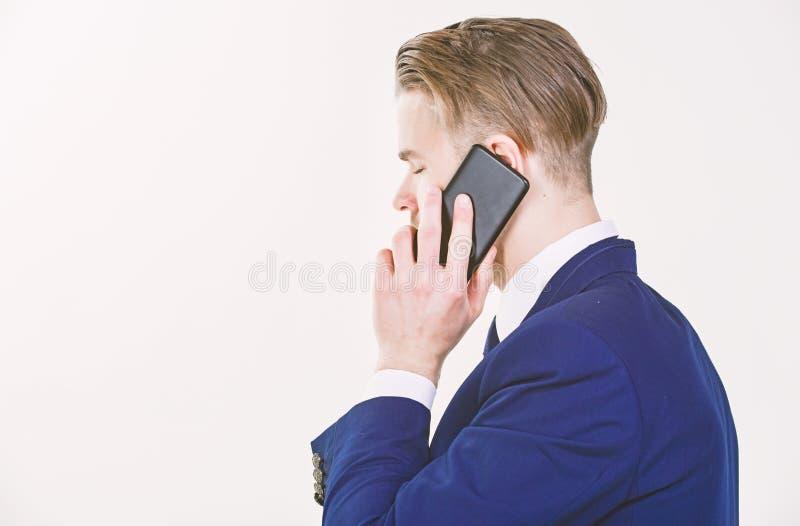 呼叫技术支持服务 商人手持智能手机 男士正装呼叫支持服务 移动呼叫 免版税库存照片