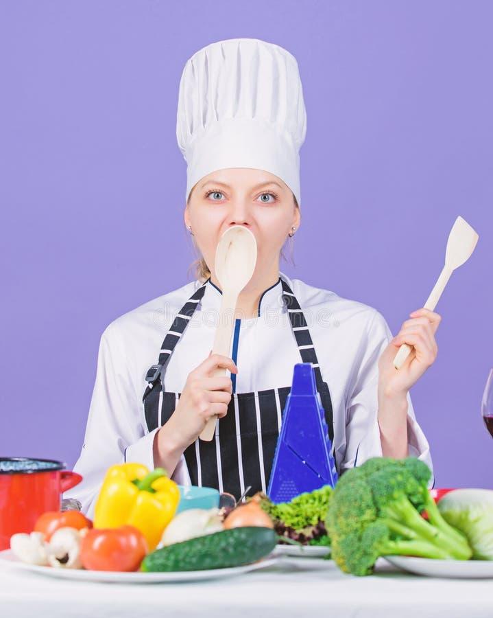 Μαγείρεμα υγιεινών τροφίμων Γυναίκα σεφ μαγειρεύει υγιεινό φαγητό Νωπά λαχανικά για μαγειρική Κύριο πιάτο γκουρμέ στοκ εικόνες