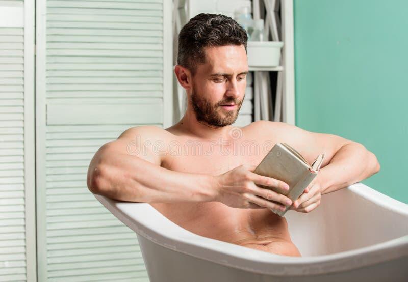 Διαταραχές του νευρικού συστήματος Χαλαρώστε έννοια Άνδρας μυώδης κορμός χαλαρώνει μπανιέρα και διαβάζει βιβλίο Χαλαρός τύπος που στοκ εικόνες