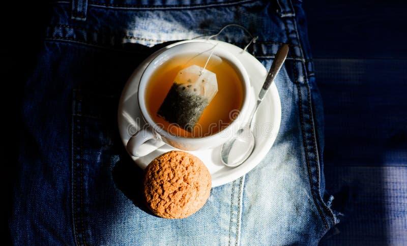舒缓的甘菊茶 杯杯热茶和燕麦饼干 杯状装茶 草本绿或黑全叶 免版税库存照片