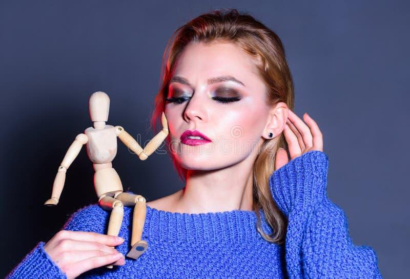 女孩肩上的木人 自然美 人工时尚 时尚概念 职业视野 女权 免版税库存照片