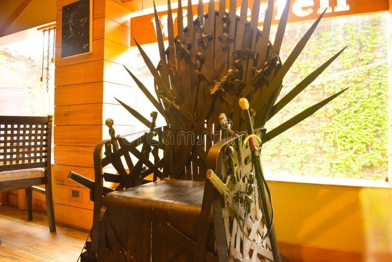 Réplica da cadeira de Game of thrones Jogo de trones é drama de fantasia americano Cadeira constituída por espadas no restaurante imagens de stock royalty free