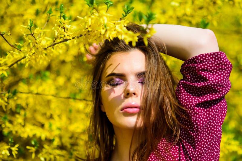 夏天开花的树和黄色花 春天开花的性感的妇女 时尚秀丽 自然美人构成 ?? 库存照片