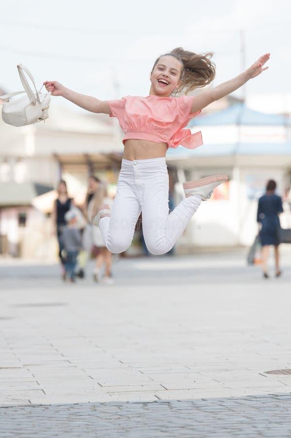 Θερινές διακοπές Γοητευτικό κομψό κορίτσι της μόδας Το μικρό παιδί απολαμβάνει το περπάτημα Χαρούμενη ημέρα Απολαύστε την εφηβεία στοκ εικόνες