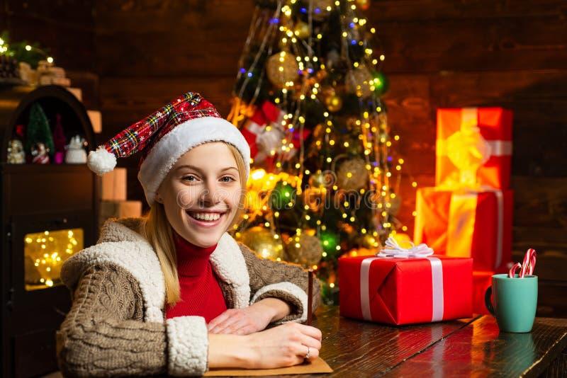 Запись письма Утеха рождества Света гирлянды украшений рождества женщины деревянные внутренние Рождественская елка r стоковое фото