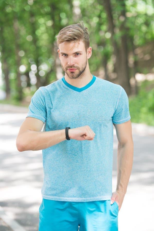 Instrument de bande de poignet Fond de nature de traqueur de forme physique de contrôle d'athlète Athlète avec des regards de poi images stock