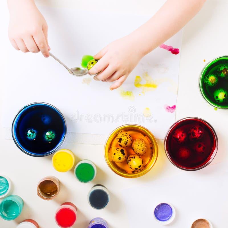 Criança segurando um ovo e pronto para pintá-lo Ovos de codorniz da Páscoa de cores diferentes Conceito tradicional de preparação fotos de stock