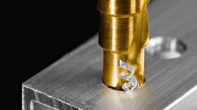 Passo de drill Detalhe de swarf torcido Eixo no perfil de alumínio foto de stock