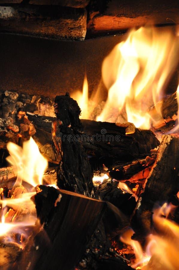 Gepland brandhout brandwonden ontploffen Verbranding camerabrand Kool- en brandtexturen Abstracte, ondoorzichtige achtergrond voo stock fotografie