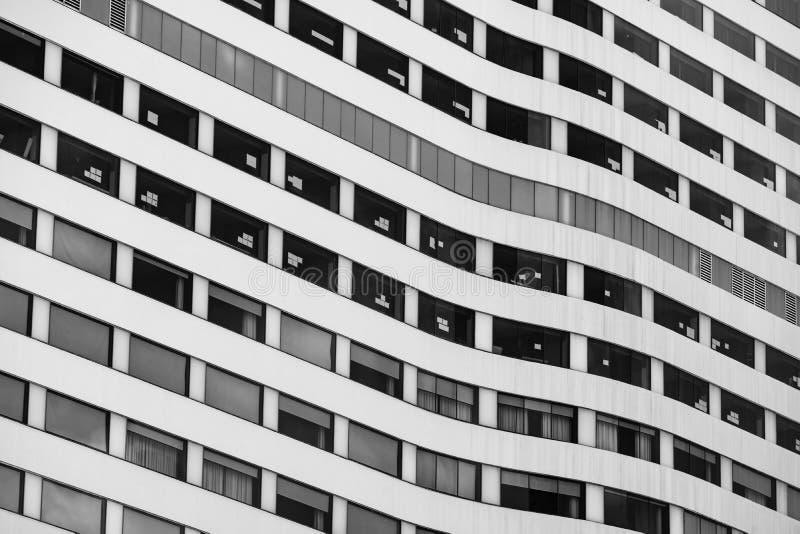 Skyscraper-kantoorgebouw in de stad Bedrijfszetel van de organisatie Onroerend goed en bedrijfsbouw Meerdere verdiepingen royalty-vrije stock afbeeldingen