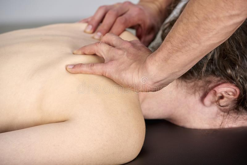 Unga kvinnor som har genomgått ryggstödsjustering för kiropraktik Fysikaliebehandling, rehabilitering av idrottsskador Osteopati, royaltyfri bild
