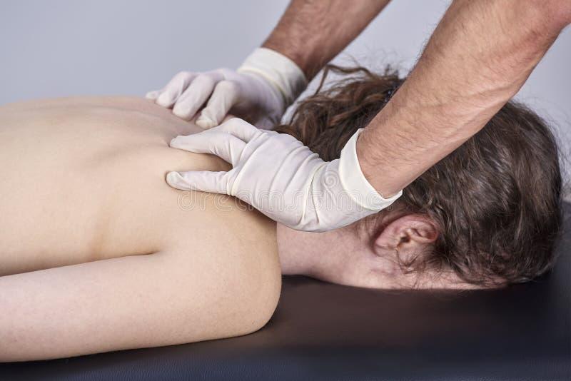 Unga kvinnor som har genomgått ryggstödsjustering för kiropraktik Fysikaliebehandling, rehabilitering av idrottsskador Osteopati, royaltyfria foton