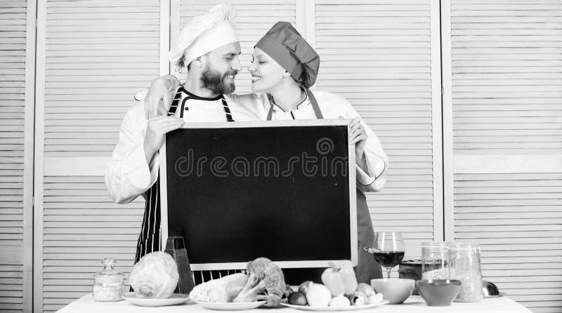 Geniet van het plezier dat zich in de keuken afspeelt Meesterkok en prep koken knuffelen op de kookschool Een paar verliefd op de stock afbeelding