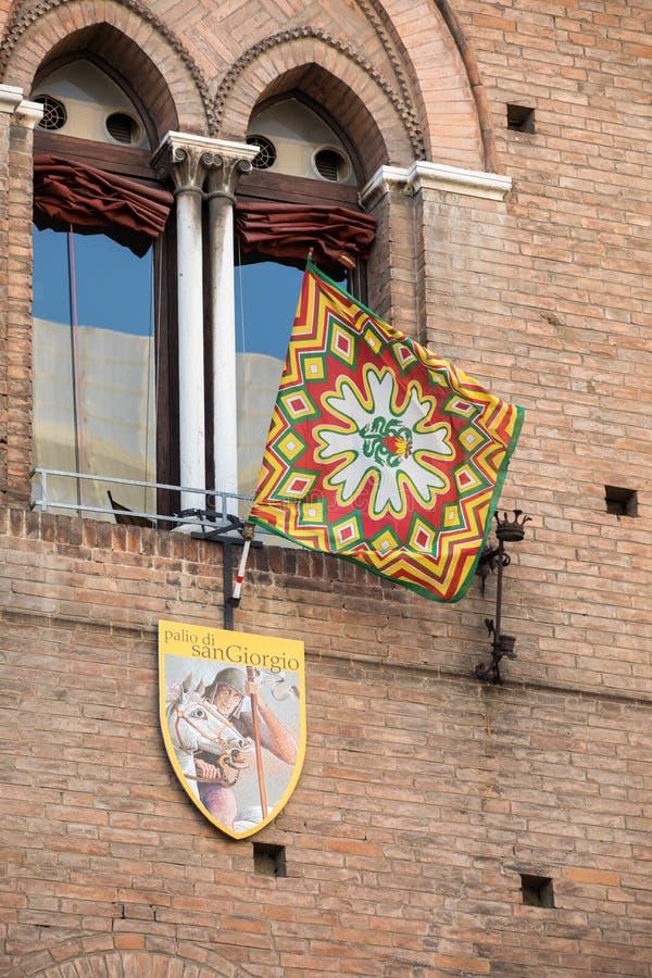 Palio-vlaggen en -badges De Palio van St George is een typisch middeleeuwse festival Details van de versiering van het schild van stock afbeelding