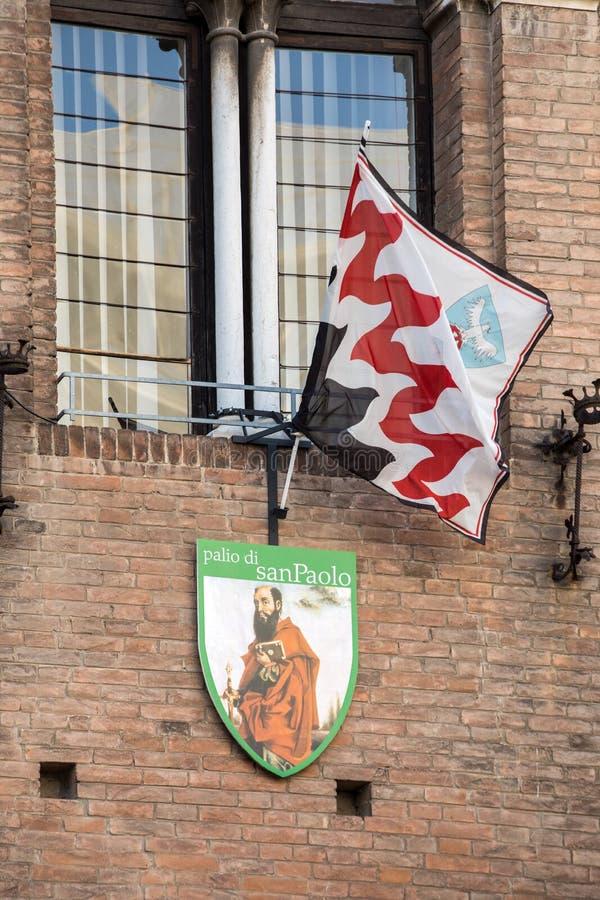 Palio-vlaggen en -badges De Palio van St George is een typisch middeleeuwse festival Details van de versiering van het schild van royalty-vrije stock afbeeldingen
