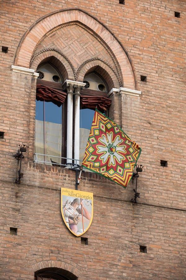 Palio-vlaggen en -badges De Palio van St George is een typisch middeleeuwse festival Details van de versiering van het schild van stock foto's