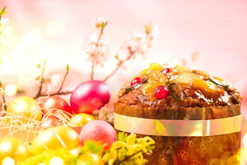 Торт пасхи и красочные покрашенные яйца E стоковые изображения rf