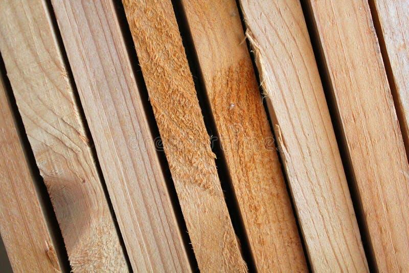 Entrepôt de planches en bois neuves à la scierie Matériaux de construction en bois Les planches séchées sont soigneusement pliées photos libres de droits