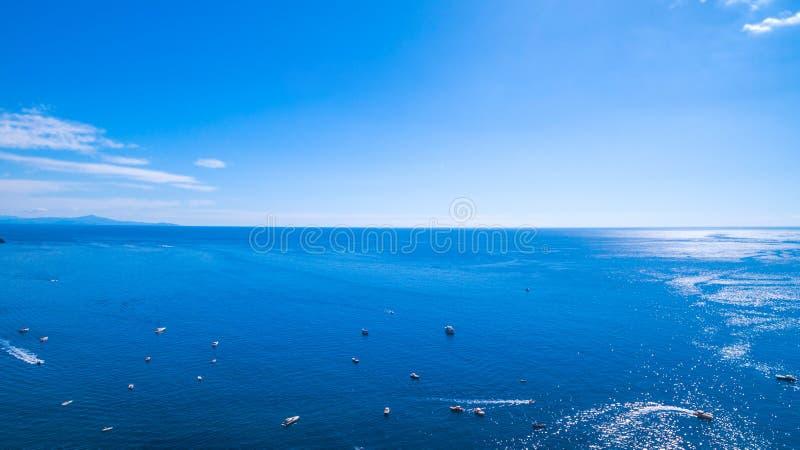 kijk op de horizon , de zee , de oceaan stenen en bergen, boten en schepen, recreatie en vakantie in Europa, Italië plaats voor stock foto