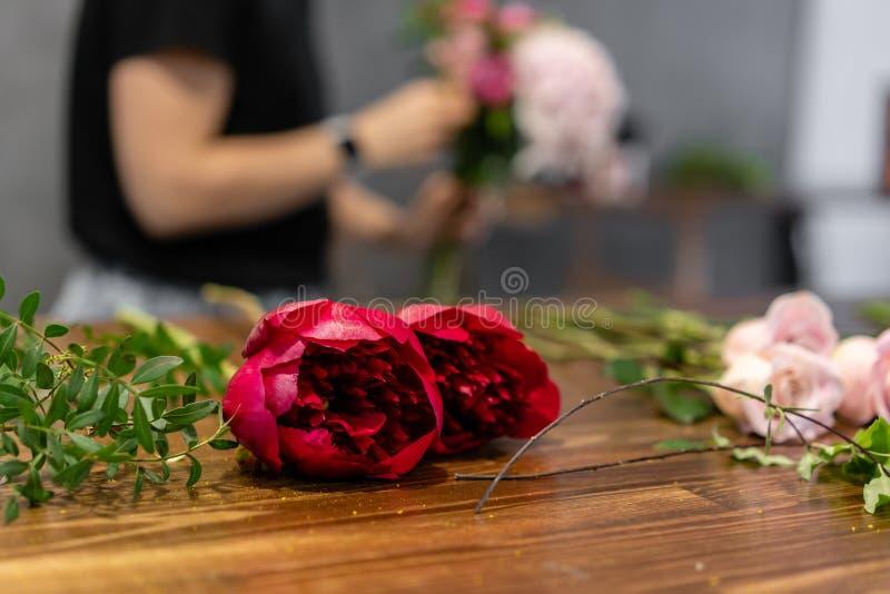 Conjunto de flores para um buquê na mesa O trabalho de uma turma florista de mestrado em fazer bouquets bouquet de Verão fotos de stock
