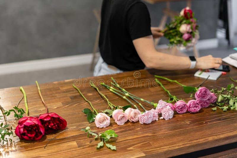 Conjunto de flores para um buquê na mesa O trabalho de uma turma florista de mestrado em fazer bouquets bouquet de Verão fotos de stock royalty free