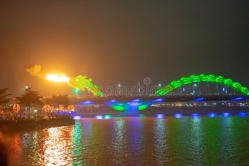 Dragon bridge i Da Nang, Vietnam, på natten Dragningen blåste upp heta eld ur munnen En berömd attraktion i Da Nang arkivfoton