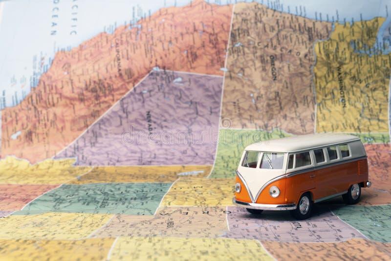 Reis naar de Verenigde Staten van Amerika de V.S. Hippiebus op de kaart van Amerika reis concept stock fotografie
