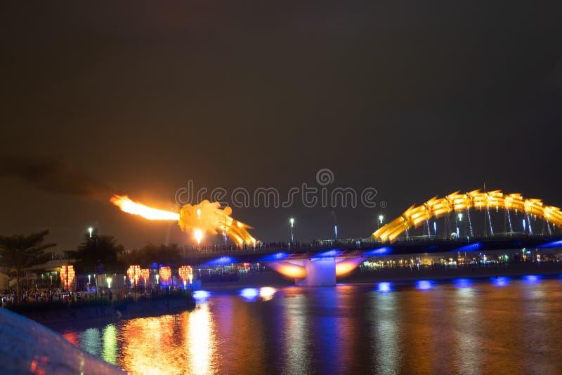 Ponte Dragone a Da Nang, Vietnam, di notte Il drago che gli fa scoppiare il fuoco dalla bocca Una famosa attrazione da Da Nang immagine stock