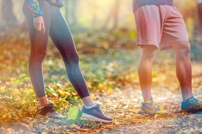 Looppas dicht bij mannelijke benen en schoenen Man sportschoenen voor sportuitrusting Traagingsconcept stock afbeeldingen