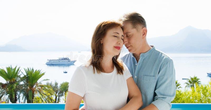 Familjepar i medelåldern på semesterort Sommarfolk reser till tropisk strand Summertime-fritid royaltyfri foto